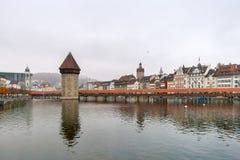 LUCERNE SCHWEIZ - OKTOBER 28, 2015: dimmig morgon- och kapellbro över den Reuss floden, Lucerne Royaltyfri Foto