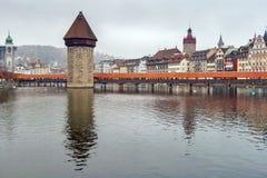 LUCERNE SCHWEIZ - OKTOBER 28, 2015: dimmig morgon- och kapellbro över den Reuss floden, Lucerne Royaltyfria Foton