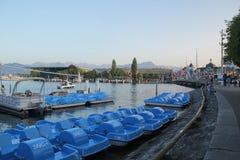 Lucerne Schweiz - September 2,2017: Härlig skeppsdocka med blåa kanoter på floden arkivbilder