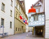 Lucerne Switzerlandi - Maj 02, 2017: Folket som går i den gamla staden Lucerne, Schweiz på Maj 02, 2017 Royaltyfri Fotografi
