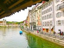 Lucerne Switzerlandi - Maj 02, 2017: Folket som går i gammal stad på Lucerne, Schweiz på Maj 02, 2017 Royaltyfria Bilder