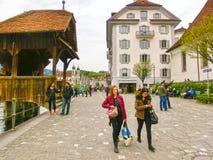 Lucerne Switzerlandi - Maj 02, 2017: Folket som går i gammal stad på Lucerne, Schweiz på Maj 02, 2017 Arkivbild