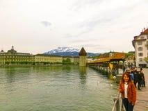 Lucerne Switzerlandi - Maj 02, 2017: Folket som går i gammal stad på Lucerne, Schweiz på Maj 02, 2017 Arkivfoton