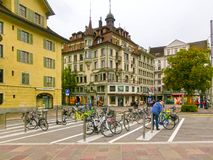 Lucerne Switzerlandi - Maj 02, 2017: Folket som går i gammal stad på Lucerne, Schweiz på Maj 02, 2017 Arkivfoto