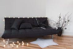 Luces acogedoras que adornan la sala de estar Fotos de archivo