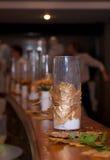 Luces adornadas en un escritorio del café Fotografía de archivo libre de regalías
