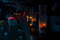 Luces adornadas en un escritorio del café Imagen de archivo