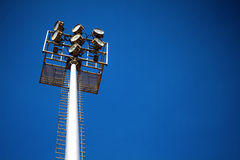 Luces altas del estadio con el cielo Fotos de archivo libres de regalías