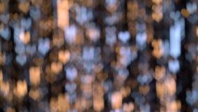Luces amarillas y azules abstractas en forma de corazón Fondo de Bokeh almacen de metraje de vídeo
