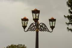 Luces antiguas del jardín con el cielo nublado foto de archivo libre de regalías