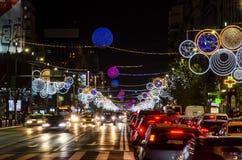 Luces atascadas de tráfico y de la Navidad en Bucarest Foto de archivo libre de regalías