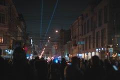 Luces azules en la ciudad de la noche fotos de archivo