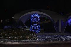 Luces azules que brillan intensamente de la escultura del subordinado imagenes de archivo