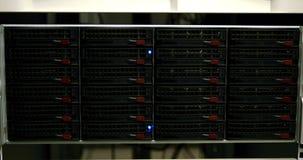 Luces azules que centellan en los servidores metrajes