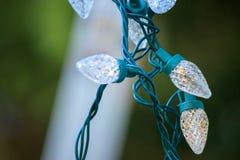 Luces blancas que cuelgan abajo al lado de escalera Fotografía de archivo libre de regalías