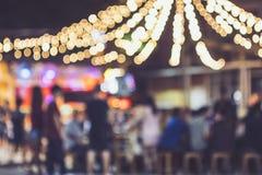 Luces borrosas al aire libre del fondo de la gente del partido del evento del festival Fotografía de archivo libre de regalías