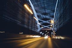 Luces borrosas de la iluminación decorativa de la noche en el puente Imagen de archivo