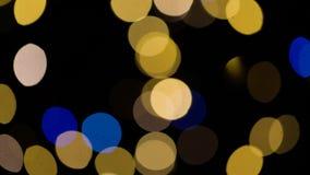 Luces borrosas de los chtistmas sobre fondo oscuro metrajes