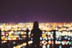 Luces borrosas del turista y de la ciudad Foto de archivo libre de regalías