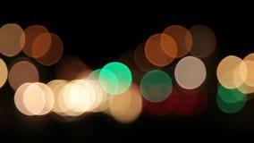 Luces borrosas en diversos colores con el fondo negro almacen de video