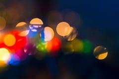 Luces borrosas en un fondo azul marino, Foto de archivo