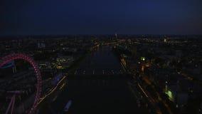 Luces brillantes de la noche de la arquitectura céntrica de Londres en sorprender panorama aéreo del paisaje urbano del abejón almacen de video