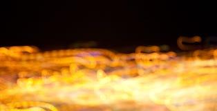 Luces brillantes de oro en fondo oscuro de la noche Foto de archivo
