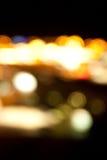 Luces brillantes de oro en fondo oscuro de la noche Fotos de archivo