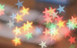 Luces brillantes, estrellas multicoloras, luces en la forma de estrellas Foto de archivo libre de regalías