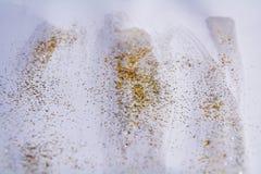 Luces chispeantes de oro, fondo abstracto ceroso blanco Fotos de archivo libres de regalías