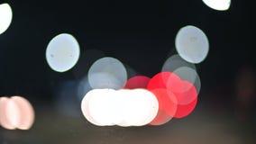 Luces coloreadas del bokeh en la carretera nacional de la noche círculos móviles de las luces de la carretera del tráfico Camino  metrajes
