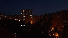 Luces débiles de la noche de la tarde de la ciudad Fotos de archivo