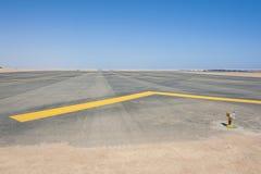 Luces de acercamiento en una pista del aeropuerto imagen de archivo