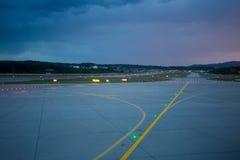 Luces de aterrizaje en la noche en pista del aeropuerto Imágenes de archivo libres de regalías