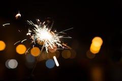 Luces de Bengala, fondo de la chispa Tiempo de la Navidad, Año Nuevo Fotos de archivo libres de regalías