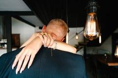 Luces de bulbos retras los recienes casados juntan el abarcamiento Fotos de archivo libres de regalías