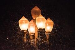 Luces de calle antigua en la nieve Imagen de archivo