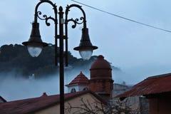 Luces de calle en un día de niebla foto de archivo