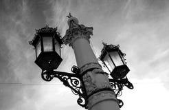 Luces de calle hermosas en el fondo del cielo Foto de archivo