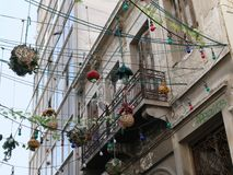 Luces de calle de la ejecución a través de una calle en Atenas, Grecia fotografía de archivo libre de regalías