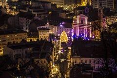 Luces de calle para la Navidad en la noche en Ljubljana, Eslovenia imagenes de archivo