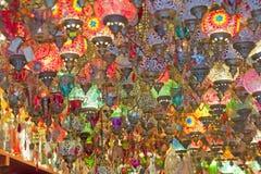 Luces de cristal adornadas en una parada del mercado Imágenes de archivo libres de regalías