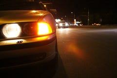 Luces de emergencia del coche en el borde de la carretera en una ciudad Fotografía de archivo libre de regalías