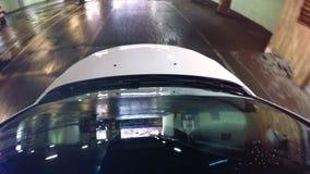 Luces de estacionamiento reflectoras del undeground del parabrisas Cámara en una capilla del coche almacen de metraje de vídeo