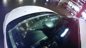 Luces de estacionamiento subterráneos reflejadas en parabrisas del coche Cámara a bordo almacen de video