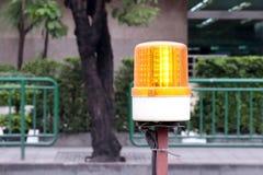 Luces de faro que destellan para la seguridad de las obras viales, pilotos para la construcción, indicador luminoso de la zona de fotos de archivo