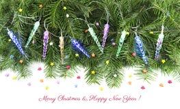Luces de hadas en ramas de la conífera con las decoraciones Fotografía de archivo libre de regalías