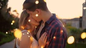 Luces de hadas de la fecha del hombre de la mujer del beso rom?ntico del abrazo almacen de metraje de vídeo