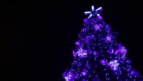 Luces de hadas mágicas que chispean en el árbol de navidad alto, creando humor festivo metrajes