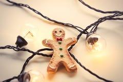 Luces de hadas y galleta del pan de jengibre Fotografía de archivo
